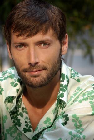 """Il revient sur son premier baiser homo dans """"Plus Belle la Vie"""""""