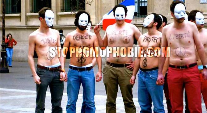 """La riposte des anti-mariage gay : Les """"Hommen"""", torses nus comme les Femen mais cachés derrière un masque..."""