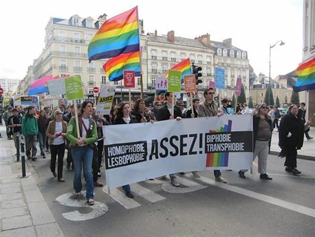 Rennes : Près de 400 manifestants se sont rassemblés ce samedi après-midi, place de la mairie contre l'homophobie !