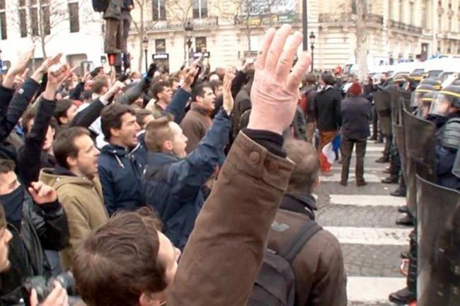 Vidéo : les émeutiers de la droite religieuse font le salut fasciste, puis s'attaque aux forces de police française à propos du mariage gay !