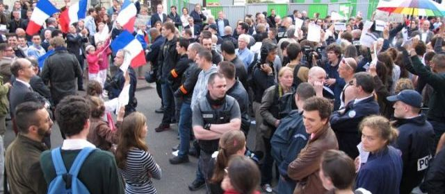 "Saint-Cloud : les opposants au mariage gay s'invitent au ""kiss-in"""