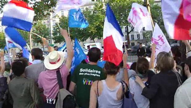 """Militant anti-mariage gay condamné : """"libérez Nicolas"""" scandent des manifestants à Paris"""