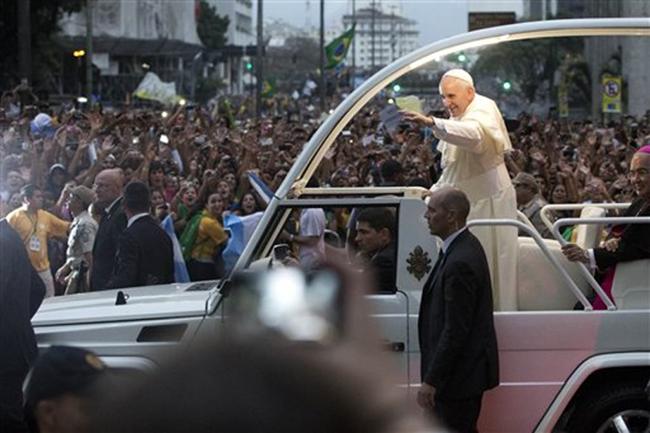 """Le pape François parle des homosexuels, du """"lobby gay"""" et du rôle des femmes dans l'Église"""