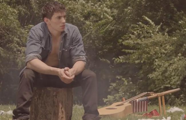 Amérique : Venu de nulle part, un jeune chanteur ouvertement homosexuel, devient un phénomène.
