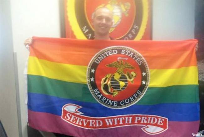 Un soldat gay reçoit un drapeau arc-en-ciel comme cadeau de départ aux États-Unis