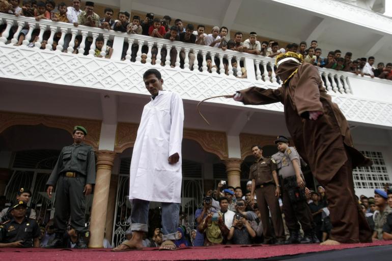 Charia : Un projet de loi en Indonésie pour sanctionner les homosexuels de 100 coups de bâton