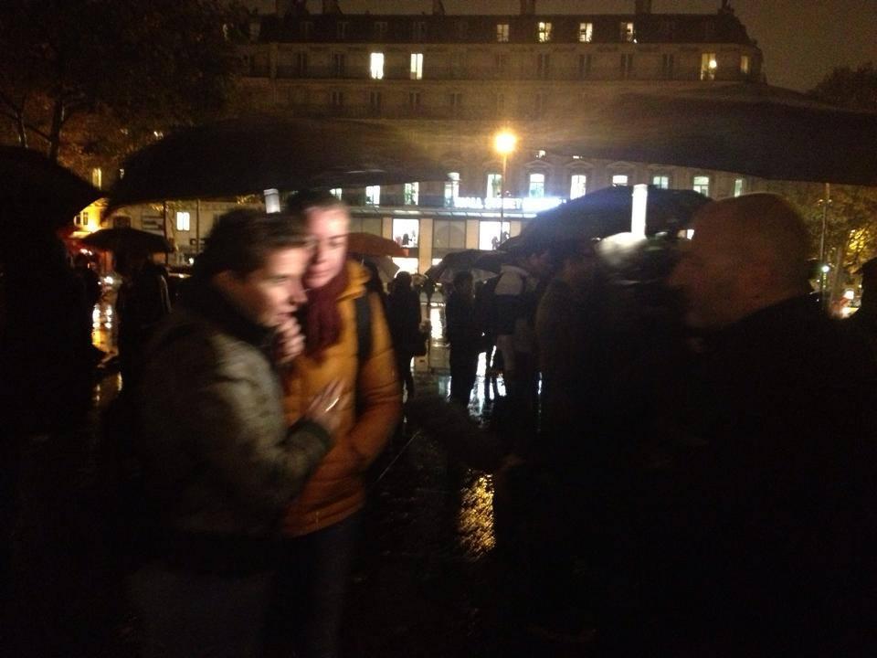 Des dizaines de couples au «kiss-in» place de la République contre la Manif pour tous