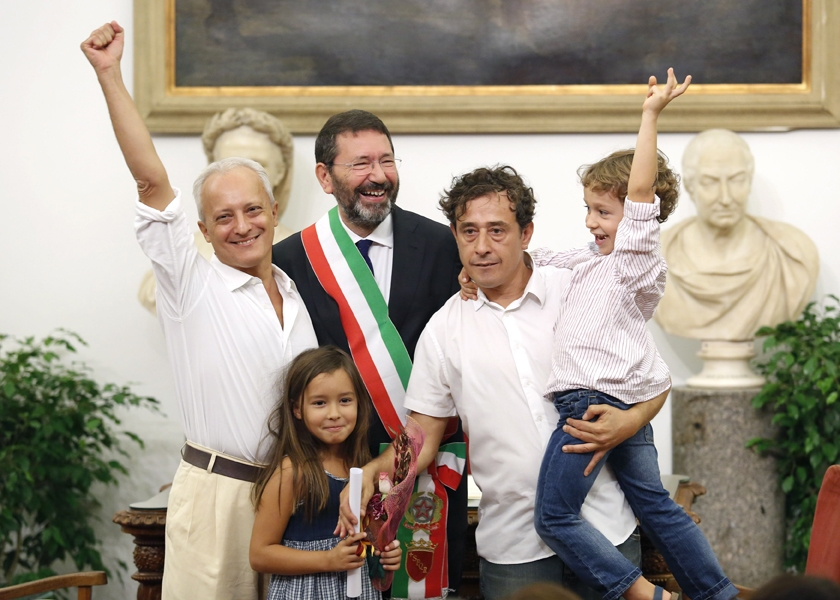 HRW dénonce des poursuites pour un baiser gay militant en Italie