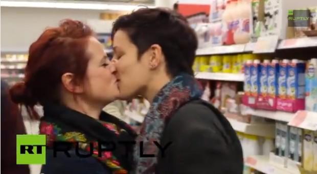 Vidéo. Royaume-Uni : Des centaines de femmes dans un supermarché pour un flash-mob de baisers lesbiens
