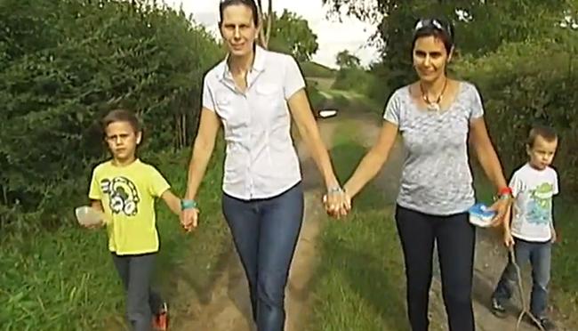 VIDEO. PMA, mariage et adoption à la clé : le parcours de Caroline et Sandrine pour former une famille