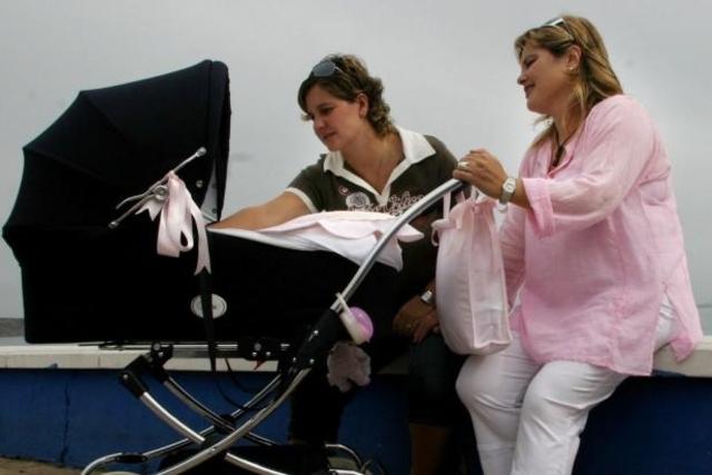 En Suisse, les couples homosexuels devraient bientôt pouvoir adopter les enfants de leurs partenaires.