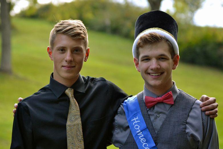 Témoignage : Il fait son coming out au bal du Lycée, en dansant un slow avec le roi de la promo