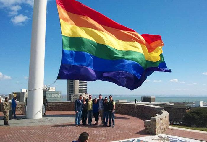 """En Afrique du Sud : Le plus grand drapeau """"arc-en-ciel"""" du monde pour les victimes d'homophobie et de crimes de haine"""