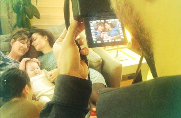 Solidarité : Quand Cécile Duflot, enlaçant un bébé, pose en couple avec Virginie Lemoine pour lutter contre l'homophobie :)