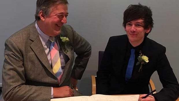 Vidéo. Le comédien britannique Stephen Fry a dit oui, ce week-end, à son compagnon Elliot Spencer