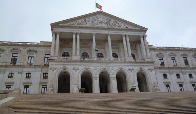 Portugal : Le Parlement refuse le droit à l'adoption pour les couples homosexuels