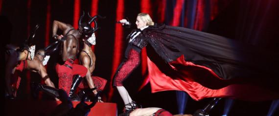 Aux BRIT Awards 2015, Madonna fait une chute violente, se relève et continue le show