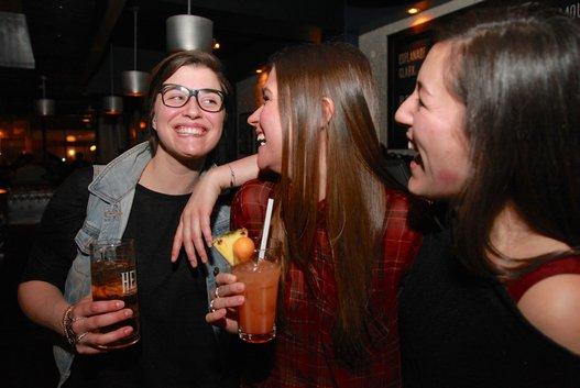 Vidéo. «Girls Night Out» : Quand les bars hétéros de Montréal s'ouvrent aux lesbiennes