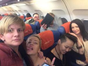 Vitali Milonov en arrière plan d'un baiser lesbien_2