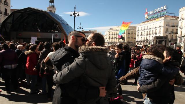 Un baiser contre l'homophobie dans le métro à Madrid