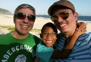 Brésil - Maltraité et abandonné, Paolo, 4 ans, redécouvre l'affection parentale grâce à un couple gay