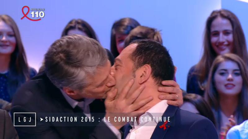 Sidaction 2015 : Le baiser d'Antoine de Caunes à Jean-Luc Romero sur le plateau du «Grand Journal»
