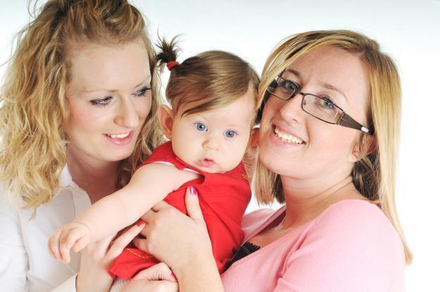 Justice : Elles se battent pour adopter leur enfant nés à l'étranger par PMA