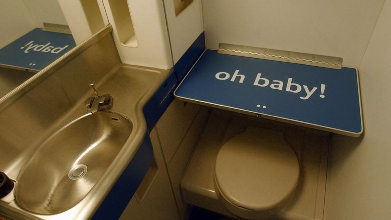 Égalité : Bientôt des tables à langer dans les toilettes des hommes à New York