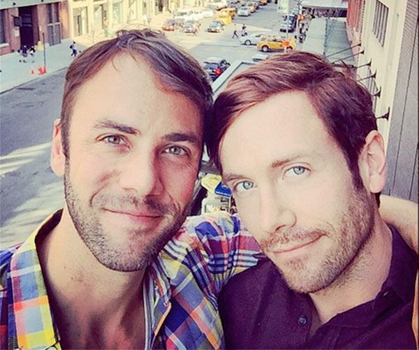 """Pour l'acteur américain Kit Williamson et son compagnon John Halbach : """"la prochaine étape, c'est le mariage !"""""""