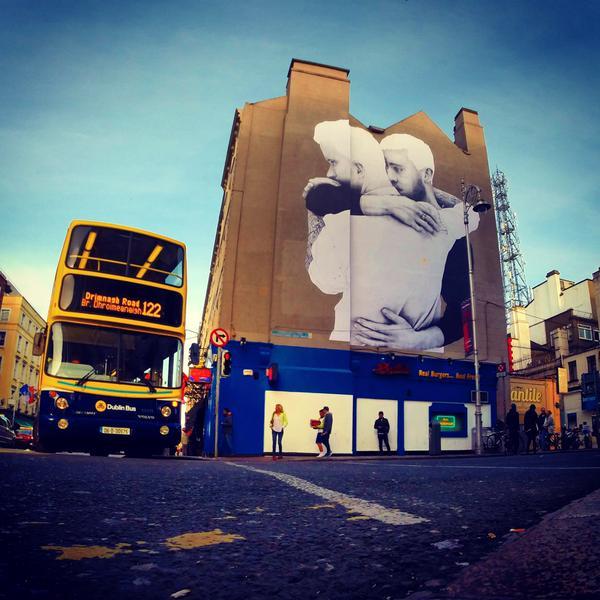 Un couple lesbien sur le mur d un ch teau irlandais une for Dublin gay mural