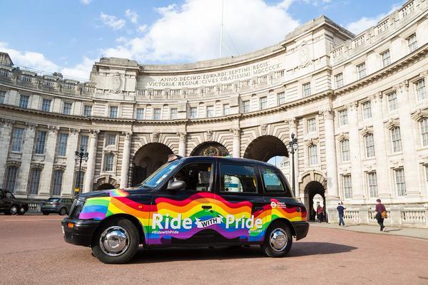 Vidéo. A Londres : Il personnalise son taxi en mode «rainbow» pour célébrer la diversité