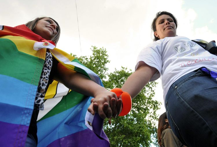 Tribune : Des quotidiens, des radios et des sites signent la charte contre l'homophobie de l'AJLGBT