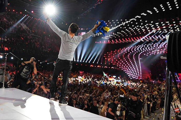 Mans Zelmerlöw, représentant de la Suède remporte l'Eurovision 🌈 «Peu importe qui nous aimons, nous sommes tous des héros»