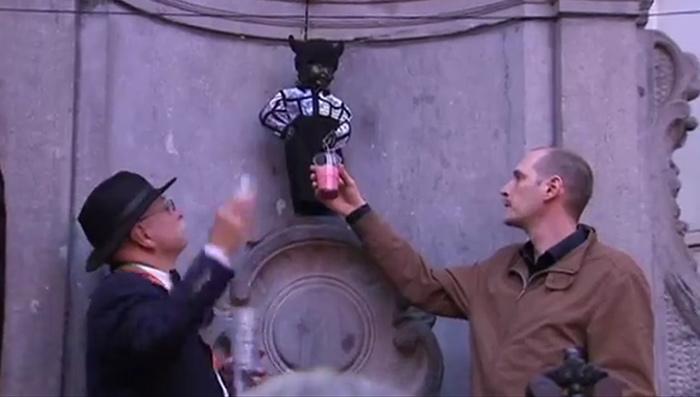"""Vidéos : En marge des 20 ans de la Pride à Bruxelles, Jean-Paul Gaultier """"habille"""" le Manneken-Pis"""