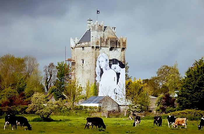Un couple lesbien sur le mur d'un château irlandais : une fresque pour célébrer la diversité