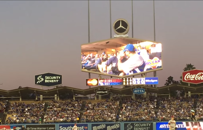 Los Angeles : Ovation du public pour le premier baiser d'un couple gay devant la «kiss-cam» du Dodger Stadium