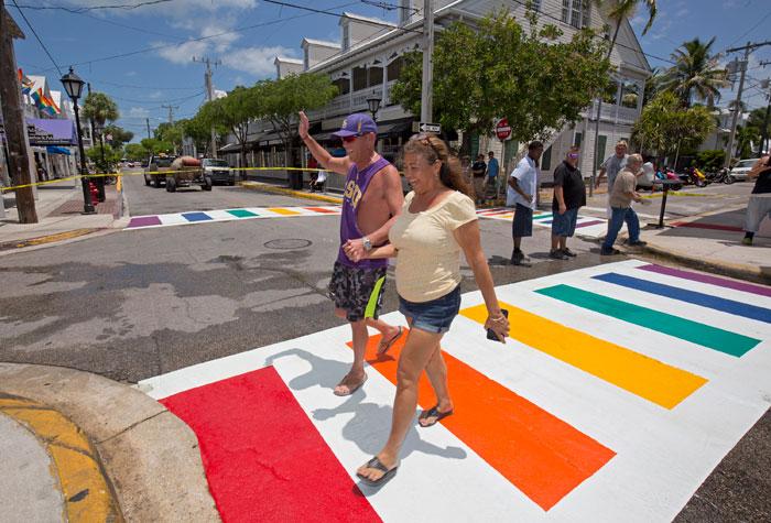 Key West installe des passages piétons permanents aux couleurs de l'arc-en-ciel
