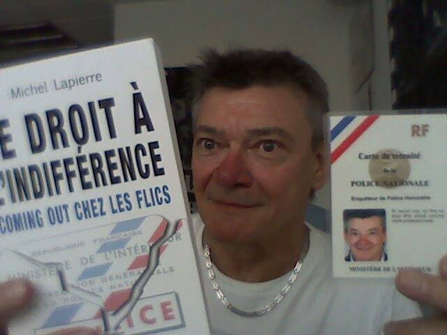 Une quarantaine d'année après son éviction de la Police pour homosexualité, il reçoit sa carte de retraité