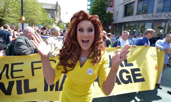 Irlande du Nord : Près de 20 000 personnes dans les rues de Belfast pour réclamer le mariage pour tous