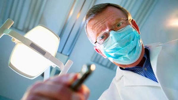 Les séropositifs toujours victimes de discrimination chez certains dentistes