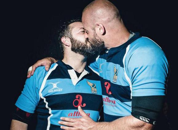 Italie : Un baiser entre deux rugbymen pour briser le tabou de l'homosexualité dans le sport