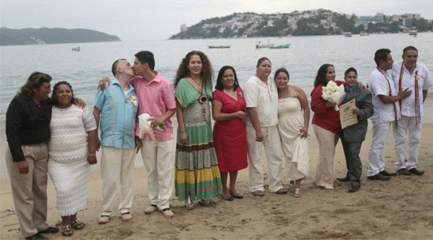 Mexique : Mariages collectifs de couples homosexuels sur la plage d'Acapulco