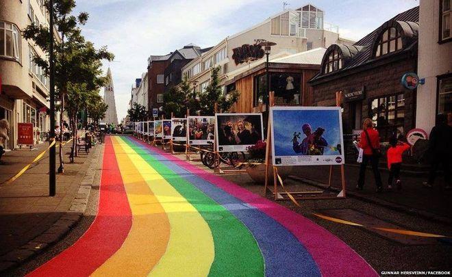 """Une rue de la capitale islandaise repeinte aux couleurs de l'arc-en-ciel pour la """"Reykjavik Pride"""""""