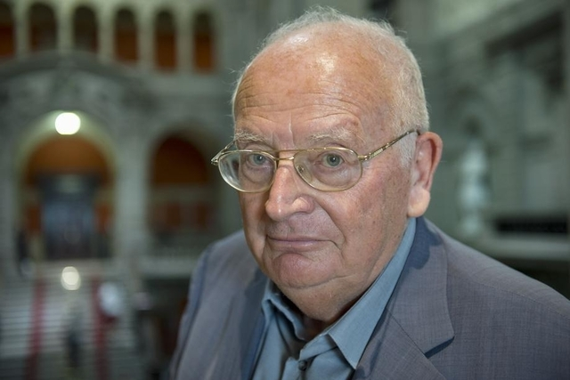 Selon l'écrivain catholique Jacques Neirynck : « Après ses propos, l'évêque de Coire doit partir »