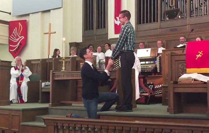 Texas : Il demande en mariage son compagnon à l'église et c'est une « standing ovation »