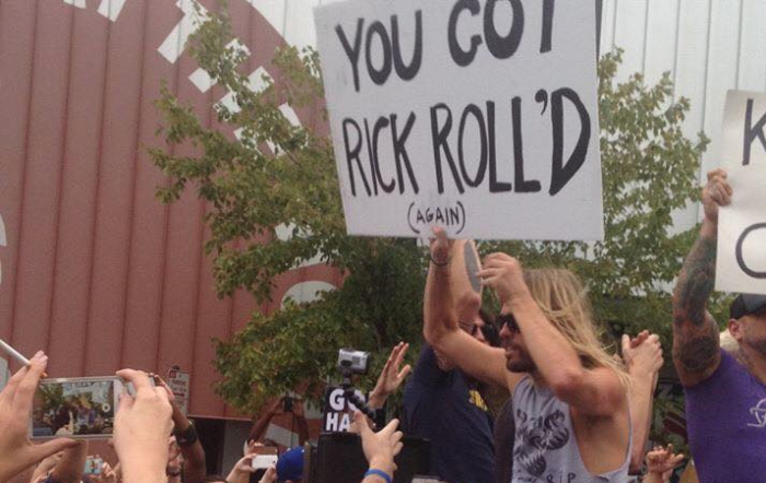 Vidéos : Quand Dave Grohl et les Foo Fighters « Rick n' rollent » une manif anti-gay