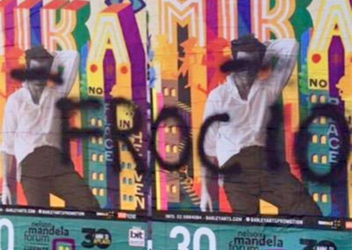 Les affiches d'un concert de Mika à Florence taguées d'injures homophobes en italien