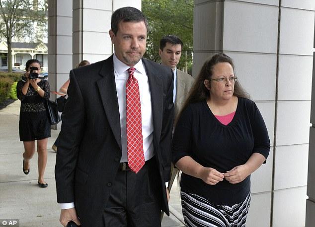 """États-Unis : Kim Davis, l'obstinée fonctionnaire dressée contre le """"mariage pour tous"""", écrouée !"""