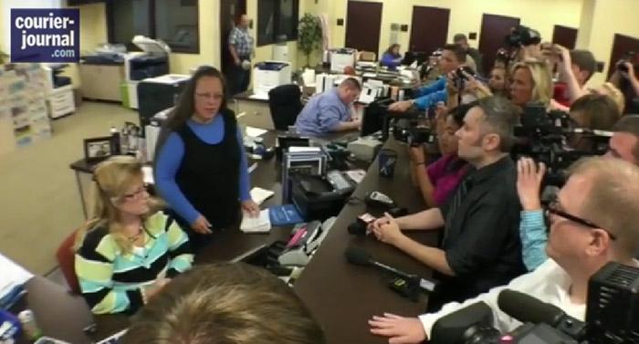 VIDEO. États-Unis : Une employée municipale refuse de délivrer des licences de mariage aux couples gays