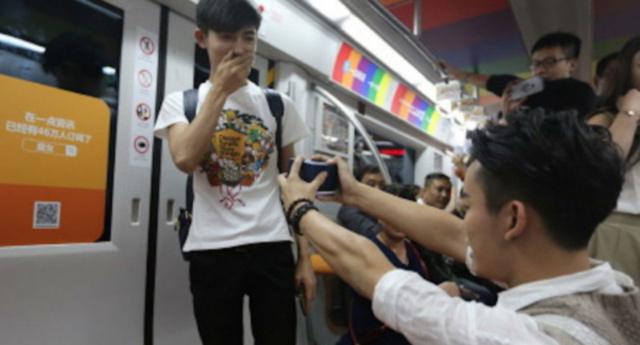 Vidéo. Chine : un couple gay fait sa demande en mariage dans le métro pékinois